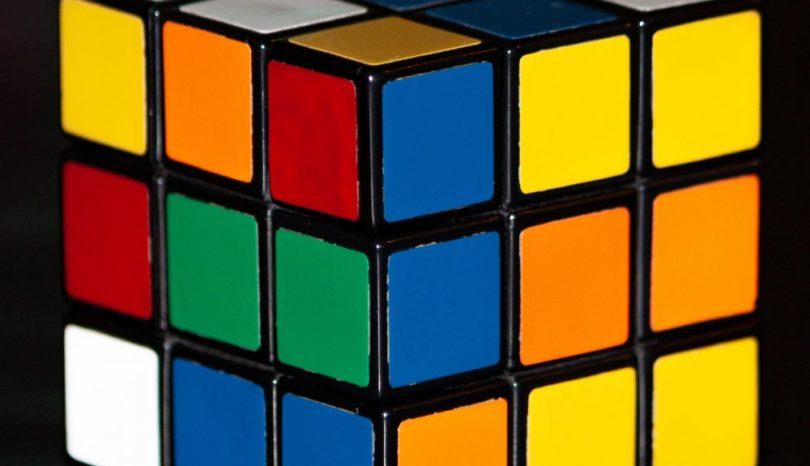 Hur löser man en Rubiks kub på bästa sätt?